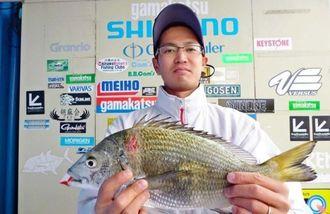 12月17日、浜田漁港で40センチ1.08キロのチヌを釣った大庭弘也さん。餌はオキアミ