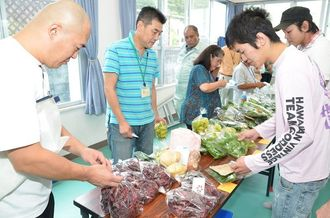 旬の野菜を品定めする料理人たち=7日、名護市・山田集落センター