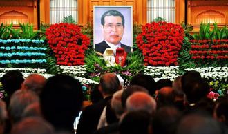 金城眞吉さんの告別式では、グローブを模した花々で祭壇が彩られた=20日、那覇葬祭会館本館
