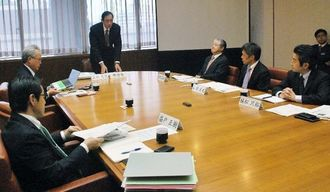 第2部会の冒頭であいさつする上地恵龍部会長(左から3人目)と委員ら=4日午前10時、県庁