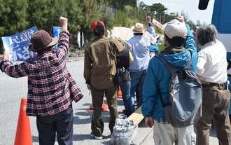 米軍キャンプ・シュワブゲート前で「辺野古を守ろう」と声を上げる市民ら=28日、名護市辺野古