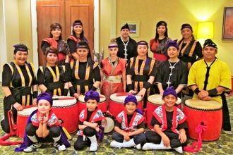 晩餐会の会場で演舞をした県人会員のエイサー隊とリベッカさん(中列中央)