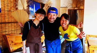 スタッフと共に店を切り盛りする前當慎也さん(中央)と妻の千春さん(左)。=4月26日、うるま市宇堅・帆掛きそば