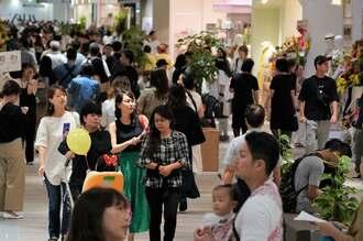 サンエーパルコシティが開業。買い物客でにぎわう店内=27日午前10時、浦添市西洲のサンエーパルコシティ