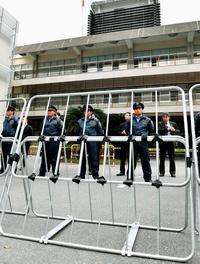 山城議長初公判:那覇地裁前に鉄柵「円滑裁判のため」 警備物々しく