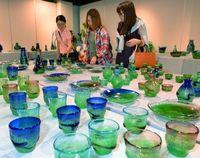 琉球ガラス名工の300点 稲嶺盛吉展きょうから タイムスギャラリー<br />30日まで