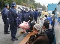 つえついた女性を後ろから押す場面も 辺野古反対の市民を強制排除