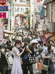 東京・原宿の竹下通りを歩く人たち=7月25日