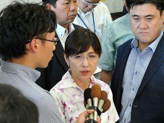 翁長雄志知事との会談を終え、記者の質問に答える稲田朋美防衛相=24日午後、県庁