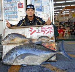 名護海岸で110センチ、22・05キロのガーラと57・5センチ、2・65キロのタマンを釣った千鈴會の宮城英人さん=12月26日