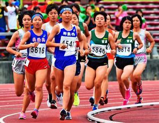 女子1500メートル決勝で力走する選手=27日午後、沖縄市・県総合運動公園陸上競技場(金城健太撮影)