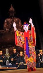 三線や琉球舞踊奉納で恒久平和を願った沖縄全戦没者追悼式前夜祭=22日、糸満市摩文仁の沖縄平和祈念堂
