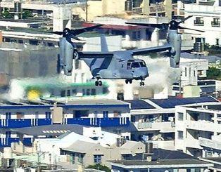 ヘリモードで宜野湾市上空を通過し、普天間飛行場に着陸するオスプレイ=2013年8月3日(本社チャーターヘリから伊禮健撮影)