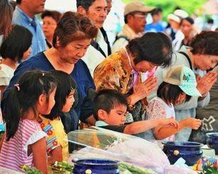 戦没者の冥福を祈り焼香する家族連れら=23日午後1時25分ごろ、糸満市摩文仁の平和祈念公園(伊藤桃子撮影)