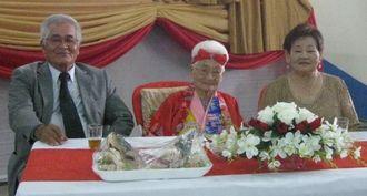 左から次男の金城勝男さん、金城ハツさん、長男成一さん(故人)の妻安子さん(旧姓比嘉)=オキナワ第1移住地
