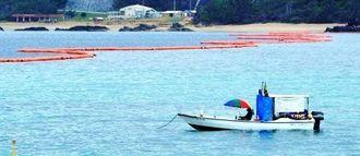 新基地建設へ向けた工事が中断された名護市辺野古の大浦湾。抗議の市民らを監視する警戒船が静かに漂っていた=14日午後、キャンプ・シュワブ沿岸