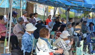 新基地建設に抗議する集会に参加する市民ら=4日午前、名護市辺野古の米軍キャンプ・シュワブゲート前