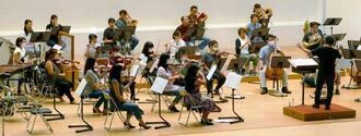 前後左右に距離を置いて演奏し、音の違いを確かめる琉球交響楽団=19日、浦添市・アイム・ユニバースてだこホール