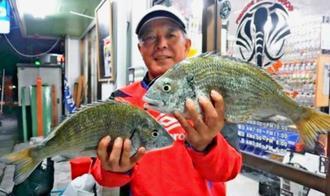 西崎海岸で43センチ、1.47キロのチヌを釣った宮城勝弘さん=17日