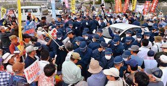 抗議集会に集まった市民らと機動隊がもみ合い混乱する北中城村石平ゲート前=6日午後3時58分