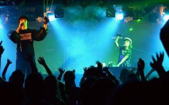沖縄県内初ライブを行った「カリスマドットコム」のMCいつか(左)とDJゴンチ=那覇市・桜坂セントラル