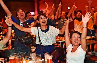 パブリックビューイング会場で日本代表の追加点を喜ぶサポーター=31日午後、沖縄市・ミュージックタウン音市場