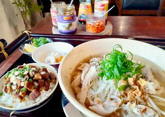 フォーガーランチ(税込み900円)。鶏が入った米粉麺のスープに、煮豚と高菜のごはん、本日のベトナムおやつが付く