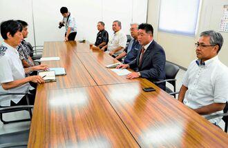 外務省沖縄事務所、沖縄防衛局の代表者と面談する下地幹郎代表(右から2人目)=那覇市おもろまち