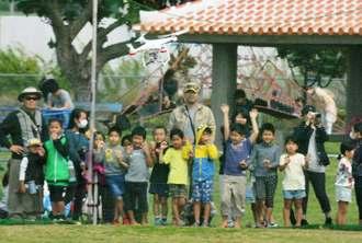 初めての本格ドローンレースに子どもたちも興味津々だった=石垣市新川・舟蔵公園