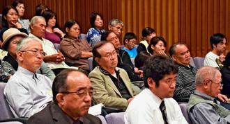 講演に耳を傾ける参加者=5日、和泊中学校あかね文化ホール