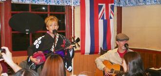 首里城再建の支援を呼び掛けてライブ演奏する沖縄アメリカーナ=米ロサンゼルス