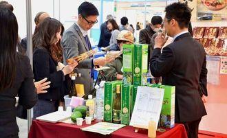 健康博覧会2014の沖縄ブースには大勢の来場者が訪れた=12日、東京都の東京ビッグサイト
