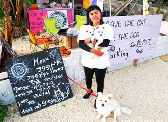犬や猫と触れ合える「バングス・ワンツーカフェ」をオープンした中原絵梨奈さん=来間島