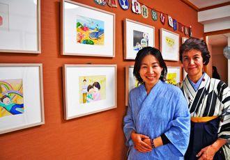 小森香織さん(右)とながもとみちさんは、絵本の原画展を開くなどして「おっぱい絵本プロジェクト」の情報を発信している=宜野湾市・こもり助産院