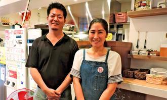 「南部を代表するタコライス屋さんになりたい」と話す店主の照屋常次さん(左)と、共に店を切り盛りする妻の千鶴さん=豊見城市名嘉地