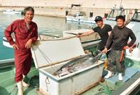 漁船をクレーンで上げる風物詩「苦労だった」 北大東の漁港あす2日開港 島にIターンする若者も
