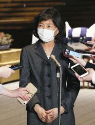 内閣広報官に就任し、記者団の質問に答える小野日子氏=3日午後、首相官邸
