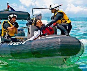 カヌーに乗っていた男性を引き上げた後、首を押さえつける海保職員=22日11時20分ごろ、名護市辺野古沖(豊里友行さん提供)