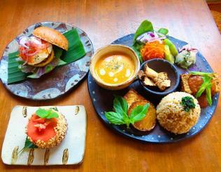 プレートの「今日のごはん」(右)と「お野菜バーガー」(左奥)、「グァバのムースタルト」(左手前)。旬の野菜を使って素材の良さを引き出すアイデア料理のレパートリーは多い
