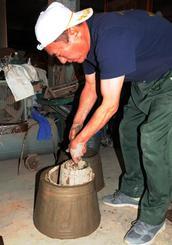 成形後に粘土から「カーラバク」と「カーラチン」を外し、乾燥の工程に進む