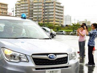地域巡回に出発する青色回転灯のパトロール車(2016年6月)