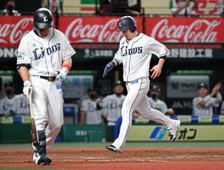 5回西武2死三塁、打者栗山(左)のとき、暴投で三走外崎が生還=メットライフドーム