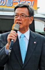 街頭で応援演説する翁長雄志知事=9日、宮古島市平良西里のスーパー前