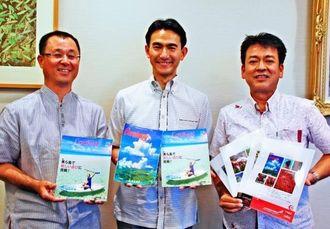 機内誌の「Coralway(コーラルウェイ)」をPRするJTAの丸川潔社長(中央)ら=沖縄タイムス社