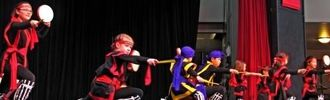 沖縄県人会の太鼓子供グループはあいきょうたっぷりなエイサーを披露、拍手喝采を受けた=シアトルセンター