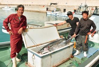 漁港開港で自由に漁ができるようになり「楽しみしかない」と笑顔で話す(左から)村水産組合の知花実組合長、垣沼翔太さん、知花応樹さん=30日、南大東漁港(北大東地区)