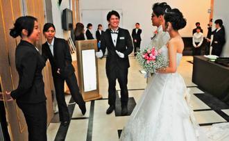 浦添商業高校生が結婚式と披露宴を手伝ったブライダル実習=26日、糸満市のNBCサムシング・フォー西崎