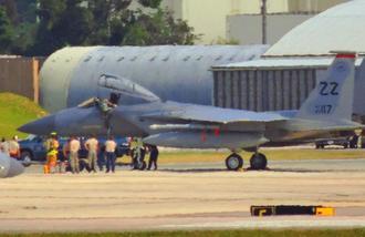 緊急着陸したF15戦闘機。パイロットが降りる様子が目撃された=14日午後3時半ごろ、米軍嘉手納基地(読者提供)