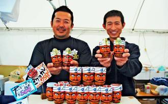 自慢の「マグロカレー」を売り込む伊平屋村漁協加工課の(左から)都倉高志さんと齊藤伸哉さん