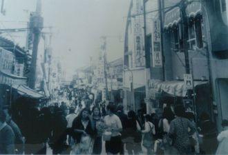 商いの中心として不動の存在だった1970年前後の平和通り(提供元:那覇市平和通り商店街振興組合)